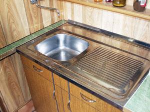 Teletetős mosogatótálca rögzítése