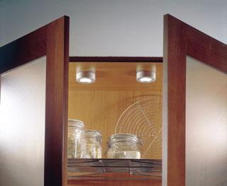 A szekrények belsejét felülről halogén lámpákkal célszerű megvilágítani