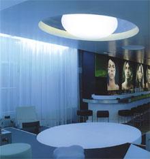 Tökéletes a kör alakú asztal fölé helyezett, mennyezetbe süllyesztett lámpa.