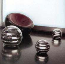 Kagylófotelhez tervezett fém-üveg gömblámpák.