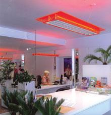 A hagyományos fénycső újfajta narancssárga kerete derűssé teszi az irodai hangulatot.