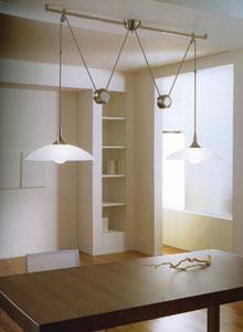 Minimalista környezetbe illeszkedő ellensúllyal állítható asztali világítás.