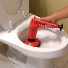 A WC csészék dugulásakor előnyösebb a pumpás gumiharang