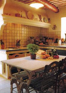 Vidéki hangulatú konyha, közepén hagyományos asztallal