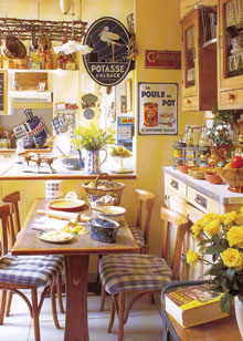 Kis alapterületű dekorációjában is jópofán zsúfolt konyha-ebédlő