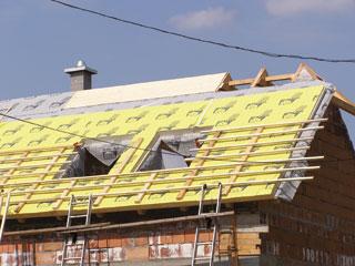 Szarufák fölött a teljes tetőt kívülről beborító PUR hőszigetelő táblák és rajtuk a leszorítást biztosító ellenlécek