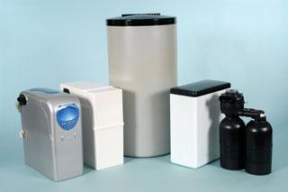 különböző vízlágyító készülékek műanyag tartályai és házai