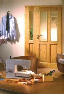 A nagyon egyszerű, modern-rusztikus lakás tökéletes összhangot mutat a fonott bútorokkal és a csomós fenyőből készült ajtóval.