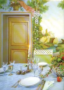 Romantikus környezetet teremt a falfestmény az ajtótokkal és az aranyozott keretbetétes ajtóval.