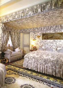 Ebben a szobában az ajtó alárendelt szerepet tölt be a díszes berendezésben, színe és formája is tökéletes.