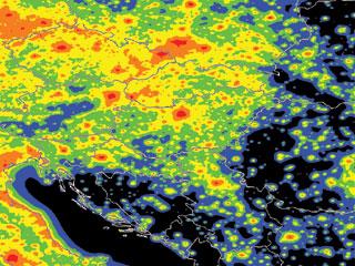 Magyarország fényszennyezettsége. Kék: a csillagos égbolt megfelelően látható, zöld, sárga, narancs, vörös: növekvő fényszennyezés