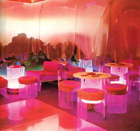 Night club sejtelmesen áttetsző plexi bútorokkal.