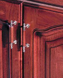 A kecses ívelt réz fogantyú elegánsan egészíti ki a tömörfa ajtót