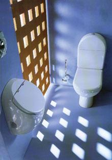 Szép formájú, zárható tetejű piszoár és WC