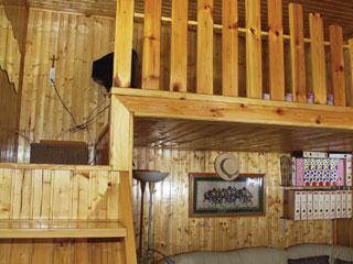 A szilárd zártacél tartó elemeket fa burkolat rejti el