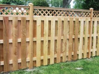 A vékonyabb deszkákból és felül átlós lécráccsal kialakított kerítéselemek nagyon mutatósak