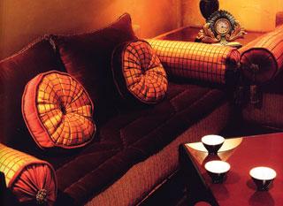 Klasszikus formájú és hagyományos vassású párnagarnitúra az anyagválasztásával is fokozza az eleganciát