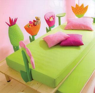 Az ágyat körülvevő párnajellegű játéktárolókban sok öröme telhet egy kisgyereknek