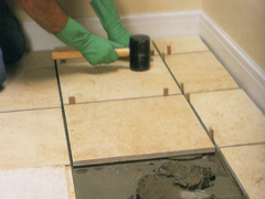 Mészkő és homokkő padlóburkoló lapok beépítése