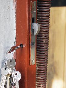 A horgas nyelvű csapózár tokba szerelésével is javítható a kapu védelme