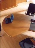 Tárgyalórészben kiszélesedő modern íróasztal