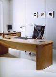 Két darabból álló író- és számítógépasztal és számítógép együttes
