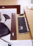 Zárt állapotában fióknak látszó formatervezett klaviatúratartó