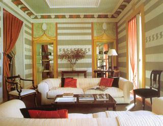 A különleges festésű szobában két falfülkéből kialakított vitrin áll, melynek festett kerete megtévesztésig hasonlít egy valódi fa bútorra