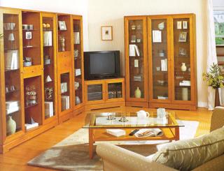 A szokványosnak mondható elemes szekrényt kétféle üvegajtóval szerelték föl. Keretes és keretnélküli üveglapok váltakoznak rajta
