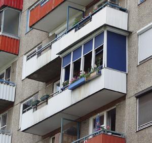 Még a korszerű műanyag ablakok elé is érdemes árnyékot adó műanyag redőnyöket szereltetni.