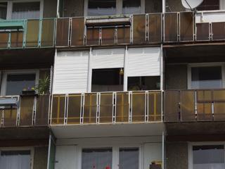 Az erős napsugárzás ellen az erkélyekre utólag felszerelt műanyag redőnyök nyújtanak megoldást