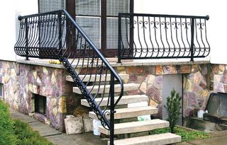 Íves pálcákból kialakított terasz és lépcsőkorlát, amelyet csigaelemek sora fog egységbe a felváltva csavart kialakítású pálcák között (fotó: Mogyorósi Vas)
