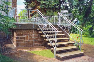 A nagy teraszt és az oda felvezető lépcsőt is egységesen kialakított, hajlított pálcákból álló korlát övezi, amelyet azonban kombinált elemekből kialakított díszes rozetták tesznek változatossá (foto: Mogyorósi Vas)