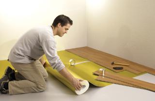 Az alátétfólia rugalmas alátámasztást biztosít a padlónak