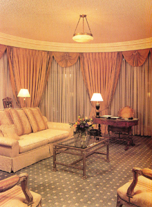A klasszikus, szálloda stílusú berendezéshez jó választás az egyszerű mintájú, rövid szálú szőnyegpadló