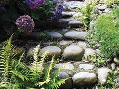 Természetes kövek felhasználása a kertben