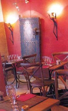 A különleges kompozíció középpontjában a többféleképpen megvilágított öreg ajtó helyezkedik el