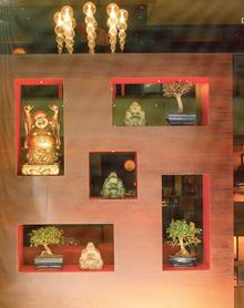 A térelválasztó ablakaiban finoman megvilágított apró tárgyak gyönyörködtetnek