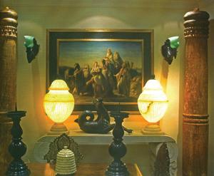 A kép megvilágítását két különleges alabástrom lámpa egészíti ki