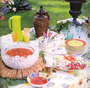 Kitűnő választás a kertipartihoz a sok színes tárgy és laza összevisszaságuk