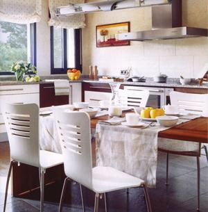 Egyszerű konyhaasztalon is lehet igényesen és ízlésesen teríteni