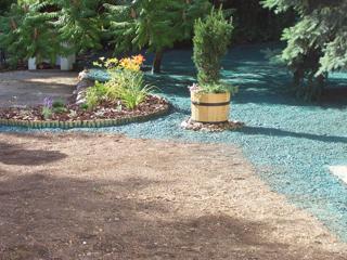 A lemosódásra hajlamos területeket a gyep kialakulásáig mulccsal, vagy kaviccsal borítva érdemes védeni