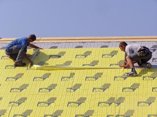 PUR táblák tetősíkon való fektetésével létrehozott homogén hőszigetelő sáv