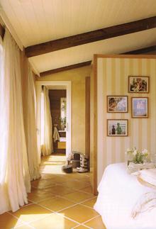 A hálót és a gardróbot csak egy szekrényfal választja el egymástól, és közvetlen az átjárás a fürdőszobába is