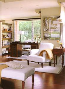 Az udvari kisszoba nappalihoz csatolásával remek dolgozószobát hoztak létre