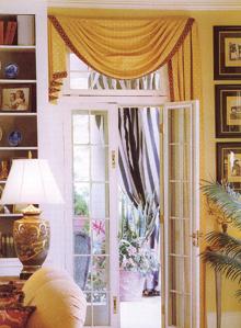 Az aszimmetrikus ajtófüggöny része a faldekoráció egyensúlyteremtésének.