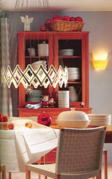 A fém-üvegkoszorú mögé helyezett halogén lámpák tökéletesen megvilágítják az étkezőt.