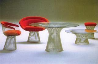 Acélhuzalból készült asztalok és székek - kényelmük senkinek nem okoz csalódást