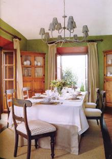 Önálló ebédlő, hagyományos berendezéssel és terítési móddal