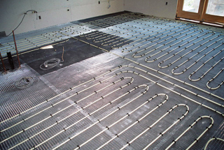 A padlófűtés beton ágyazatának nagy a hőtehetetlensége
